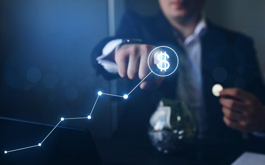 recuperação de crédito - homem apontando para um cifrão e segurando uma moeda com a outra mão